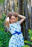Piękna młodej kobiety pozycja z uśmiechem Portret piękna dziewczyna w biel sukni wśród drzew w lasowej dziewczynie Zdjęcia Royalty Free
