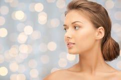 Piękna młodej kobiety twarz patrzeje na boku Zdjęcia Stock
