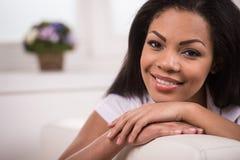 Piękna młodociana amerykanin afrykańskiego pochodzenia kobieta Zdjęcie Stock