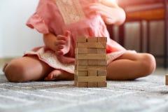 Piękna mała dziewczynka bawić się z drewnianą grze Na białym tle obrazy royalty free