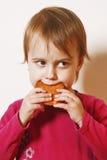 Piękna mała dziewczynka je Czekoladowego układu scalonego ciastka jedzenie, t Zdjęcia Stock
