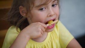 Piękna mała dziewczynka je wyśmienicie kolorowego lody zbiory wideo