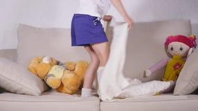 Piękna mała dziewczynka kłama puszek na kanapie przed iść spać zbiory
