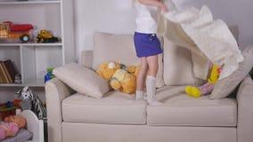 Piękna mała dziewczynka kłama puszek na kanapie przed iść spać zbiory wideo