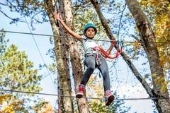 Piękna mała dziewczynka ma zabawę w przygoda parku, Montenegro Fotografia Stock