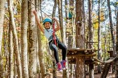 Piękna mała dziewczynka ma zabawę w przygoda parku, Montenegro Zdjęcia Royalty Free