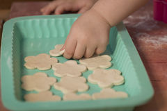 Piękna mała dziewczynka ma zabawy kucharstwo Zdjęcia Stock