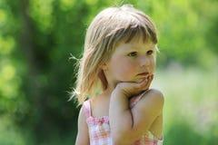 Piękna mała dziewczynka na naturze fotografia stock