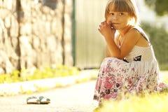 Piękna mała dziewczynka na naturze fotografia royalty free