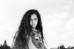 Piękna mała dziewczynka na nieba tle zdjęcia royalty free