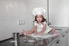Piękna mała dziewczynka uczy się gotować posiłek w kuchni Obraz Royalty Free