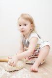 Piękna mała dziewczynka uczy się gotować posiłek w kuchni Fotografia Stock