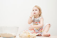 Piękna mała dziewczynka uczy się gotować posiłek w kuchni Fotografia Royalty Free