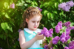 Piękna mała dziewczynka w błękitnej sukni z wielkim białym łękiem wewnątrz fotografia stock