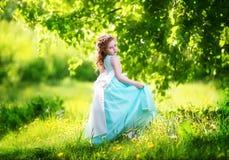 Piękna mała dziewczynka w błękitnej sukni z wielkim białym łękiem wewnątrz obrazy stock