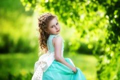 Piękna mała dziewczynka w błękitnej sukni z wielkim białym łękiem wewnątrz obrazy royalty free