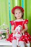 Piękna mała dziewczynka w czerwonej sukni Zdjęcia Royalty Free