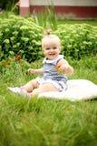 Piękna mała dziewczynka w lato ogródzie Obraz Stock