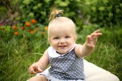 Piękna mała dziewczynka w lato ogródzie Obraz Royalty Free