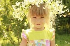 Piękna mała dziewczynka w wianku kwiaty na naturze obraz royalty free
