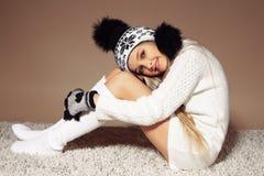 Piękna mała dziewczynka z długim blondynem w wygodny trykotowym odziewa Zdjęcia Royalty Free