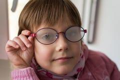 Piękna mała dziewczynka z fogged eyeglasses Obrazy Stock
