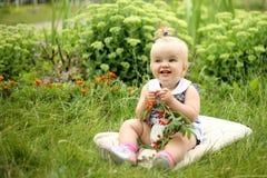 Piękna mała dziewczynka z jagodami Zdjęcie Stock