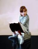 Piękna mała dziewczynka z książką Zdjęcia Royalty Free