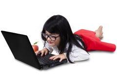 Piękna mała dziewczynka z laptopem w studiu Obraz Stock
