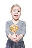 Piękna mała dziewczynka z lizakiem odizolowywającym Obraz Royalty Free