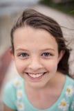 Piękna mała dziewczynka z niebieskimi oczami i piegami Zdjęcie Royalty Free
