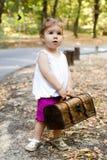 Piękna mała dziewczynka z walizką Zdjęcia Royalty Free