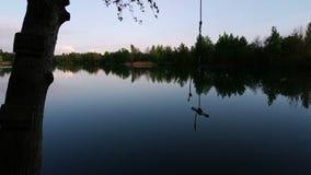 Piękna mała rzeki i bungee skoku arkana na drzewie zbiory