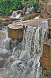 Piękna mała siklawa w Kambodżańskim tropikalnym lesie deszczowym obraz stock