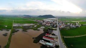 Piękna mała wioska po środku zielonego ryżu pola zdjęcia stock
