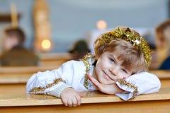 Piękna małe dziecko chłopiec bawić się anioła w Bożenarodzeniowej opowieści w kościół Szczęśliwy uroczy blond dziecko z światłami zdjęcie stock
