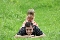 Piękna małej dziewczynki sztuka z tata Zdjęcie Stock