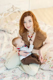Piękna macierzysta pierś - karmić jej niemowlaka Obraz Stock