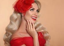 Piękna Makeup Czerwone wargi i uśmiech Retro kobieta w kapeluszu Moda g obrazy stock
