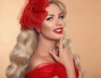 Piękna Makeup Czerwone wargi i uśmiech Retro kobieta w kapeluszu Moda g obrazy royalty free