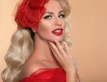 Piękna Makeup Czerwone wargi i uśmiech Retro kobieta w kapeluszu Moda g zdjęcie stock