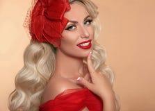 Piękna Makeup Czerwone wargi i uśmiech Retro kobieta w kapeluszu Moda g zdjęcia stock