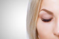 Piękna makeup dla niebieskich oczu Część piękny twarzy zbliżenie Perfect skóra, długie rzęsy, uzupełniał pojęcie obrazy royalty free