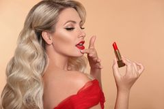 Piękna Makeup Fasonuje splendoru portret seksowny blondynki kobiety dowcip zdjęcia stock