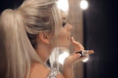 Piękna Makeup Fasonuje splendoru portret seksowny blondynki kobiety dowcip obrazy stock