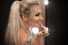 Piękna Makeup Fasonuje splendoru portret seksowny blondynki kobiety dowcip zdjęcie royalty free