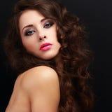 Piękna makeup kobieta z kędzierzawym włosianym stylem Zdjęcia Royalty Free
