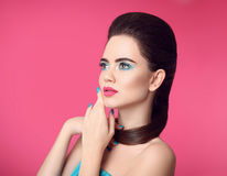 Piękna Makeup tła mody dziewczyna nad portreta krótkopędu pracownianym biel Błękity robiący manikiur gwoździe glam Obraz Royalty Free