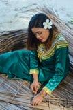 Piękna maldivian dama w obywatela smokingowym robić ciąć na arkusze dla dachu zdjęcia stock