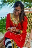 Piękna maldivian dziewczyna w obywatel smokingowej wykonuje ręcznie ręcznie robiony arkanie zdjęcie royalty free